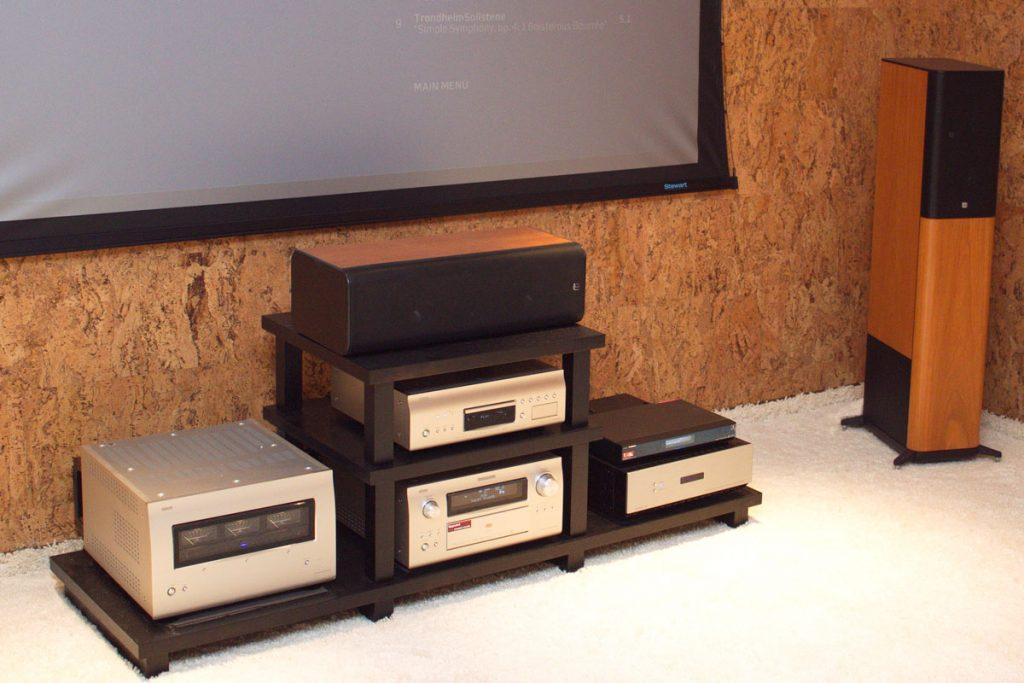 Персональный кинозал - стойка с компонентами Denon