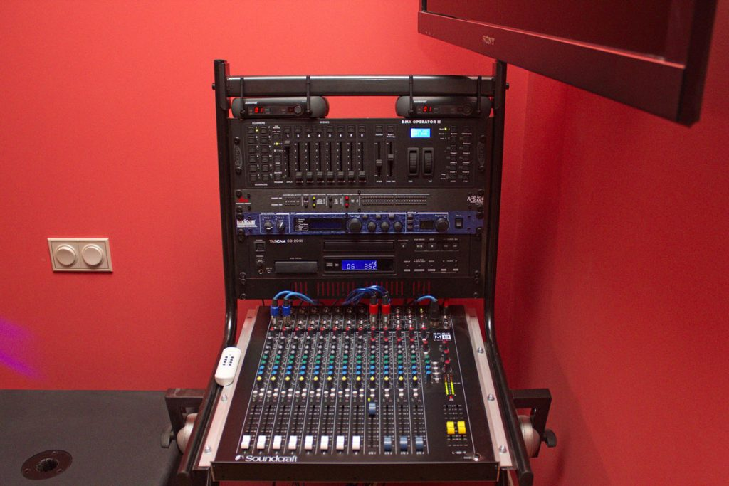 Рэковая стойка Proel с установленным оборудованием
