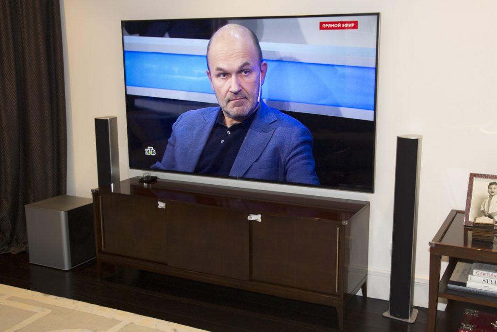 Домашний кинотеатр под ключ - 4К ТВ Samsung диагональю 85 дюймов в гостиной